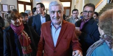 El gobernador Das Neves arriba al Salón Histórico de la Municipalidad de Trelew, donde se realizó el  acto.