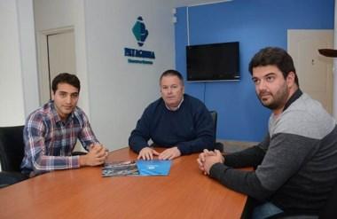 Luciano Farroni (izq), con Daniel Asciutto de Patagonia Broker (centro) y Nicolás Sánchez, prensa del piloto.
