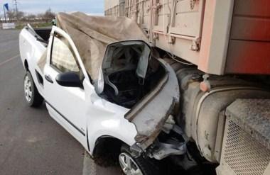 El camión arrastró más de 100 metros a la camioneta que salía de la estación de servicios de Garayalde.