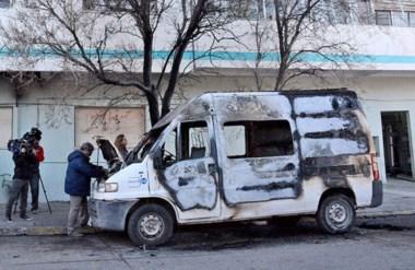 En la madrugada de ayer, autores desconocidos prendieron fuego la ambulancia del Materno Infantil.