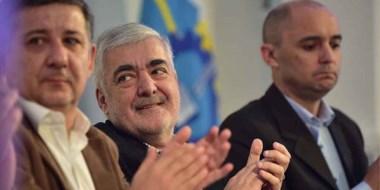 El gobernador Mario Das Neves aplaude al terminar el acto en el cual se firmaron los contratos.
