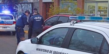 Sangre. La Policía inspeccionaba detalles en el lugar de los hechos. Indagaban también en el hospital.