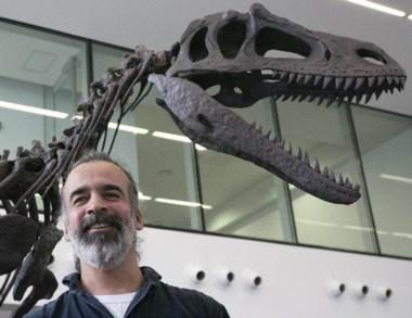 """El paleontólogo Sebastián Apesteguía ayer junto  a """"Gualicho""""."""