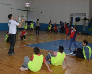 Más de 30 chicos participaron ayer de un nuevo encuentro infantil en el Municipal Nº 1. La Unión del Valle prometió colaborar con esta propuesta.