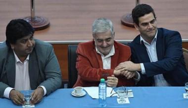 Apretón de manos. Así se saludan Mario Das Neves y García Aranibar.