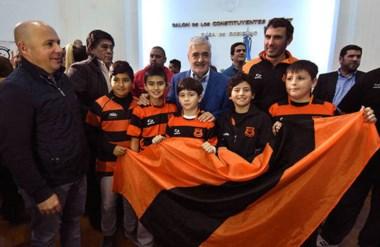 Ricardo Sastre, intendente de Puerto Madryn, y el gobernador Mario Das Neves con juveniles de Bigornia.