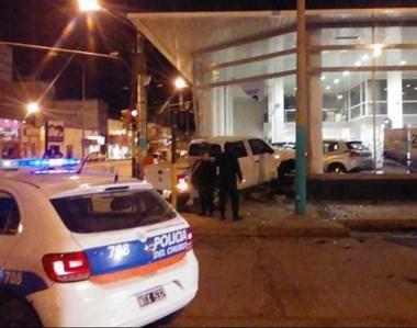 Momentos en que la Policía llegaba al lugar de los hechos para asistir al conductor de la camioneta.