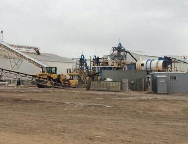 La planta procesadora de las arenas que funciona en Dolavon.