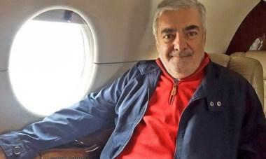 El regreso. Das Neves en el avión, ayer por la mañana, a punto de partir hacia Chubut tras su intervención quirúrgica en Buenos Aires.