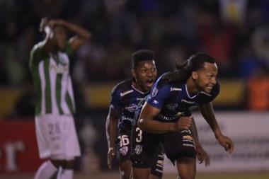 Arturo Mina festeja el empate al aprovechar un rebote en el área del Verdolaga.