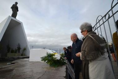 Sastre y Gabella colocaron ofrendas florales al pie del monumento