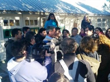 El vicegobernador Arcioni dialogando con los vecinos.