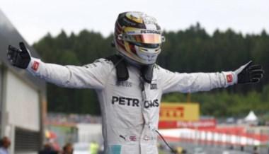 El británico suma su tercer triunfo del curso tras tocarse con Rosberg en la última vuelta.
