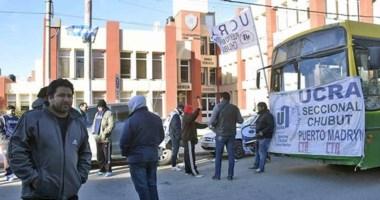 Una nue va protesta de los trabajadores nucleados en la UCRA frente a la Municipalidad de Puerto Madryn.