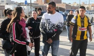 Gabriel Mercado llegó a la escuela y fue recibido por admiradores.