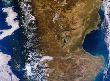 La imagen satelital del sur de Chubut y norte de Santa Cruz posteada junto al anuncio en twitter