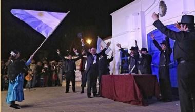 Autoridades municipales juntos a los vecinos durante el  acto central.