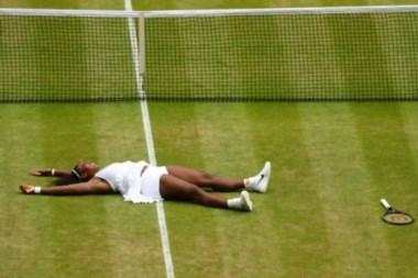 Serena Williams revalida reinado en Wimbledon y alcanza récord histórico.