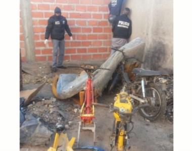 En uno de los patios, descubrieron cuadros de motos adulterados.