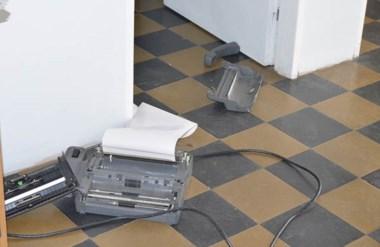 Destrozos. Parte del equipo de trabajo de los periodistas terminó en el suelo de la oficina cordillerana.