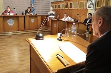 Atentamente escuchado por sus pares, el concejal Gustavo Castán se refiere al plan de facilidades de pago.