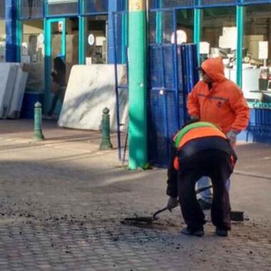 Trabajos. El municipio repara las calles más dañadas en Trelew.