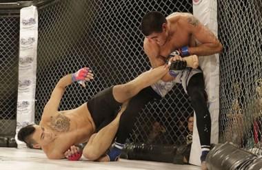 """Ganador por el suelo. Franco  """"Martillo"""" Risco,  de Las Grutas, ganador de la pelea de fondo."""