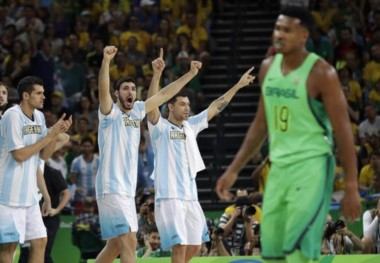Argentina le ganó un histórico y emotivo clásico en básquet a Brasil.
