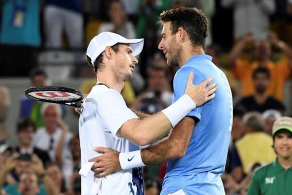 El abrazo final entre dos gigantes. Delpo es el único tenista argentino en ganar dos medallas.