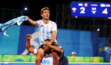 Retegui subió a sus hombros a Paredes, que no jugó por lesión, y dieron la vuelta juntos.