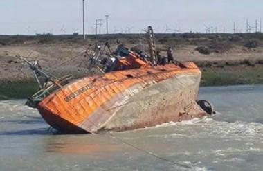 """El """"Sagrado corazón"""" en su ingreso a Puerto Rawson quedó enganchado con un cable y se desequilibró."""