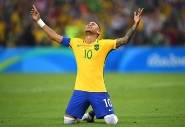 """El """"Rey"""" Neymar. El crack brasileó marcó de tiro libre y luego anotó el penal definitivo para ganar la presea de oro."""