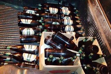 Momentos en que la Policía arribaba al sitio para secuestrar seis cajones de cerveza, vino y   tequila.