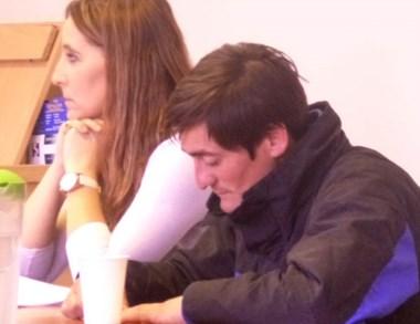 Juan Crettón junto a su defensora en la audiencia de ayer en Esquel.