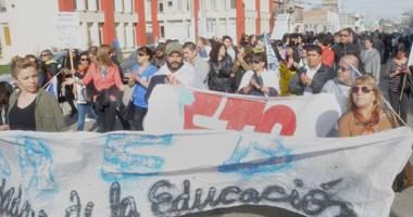 En el Golfo. Una postal de la movilización de los gremios docentes en Madryn, donde hubo mucha gente.