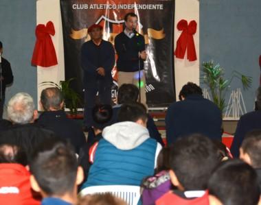 Juan Carlos Chachero, titular de Independiente, junto a Diego Rodríguez, jefe de prensa del club.