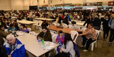 Gran cantidad de público asistió a visitar los stands de platos y bebidas de las comunidades extranjeras.