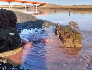 Así no. Una postal que ya es célebre con los vertidos en el río Chubut.
