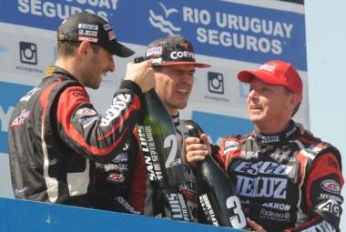 Rossi dio cátedra en el Día del Maestro. Festeja en el podio con Ardusso y Ortelli.