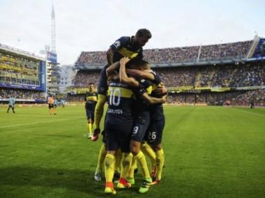 """Abrazos para Tévez en el primer gol de Boca. Luego, el """"Apache"""" se iría expulsado."""