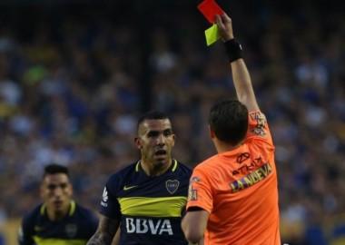 Tevez insultó a Delfino y se pierde 3 partidos, vuelve con Sarmiento.