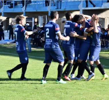 Festejo agónico. A dos minutos del final, Juventud Unida anotó el gol de la victoria ante Guillermo Brown.