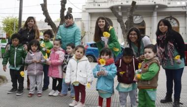 """Niños del Jardín """"Murmullos""""  junto a madres y docentes en la Plaza."""