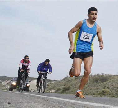 """Al trotecito. Darío """"Lalo"""" Ríos fue contudente. Dominó desde el inicio y ganó ayer la media maratón."""