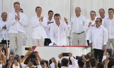 Juan Manuel Santos selló con una firma el acuerdo con el líder de las FARC, Rodrigo Londoño  para poner fin a 52 años de combates.Estuvo Macri.