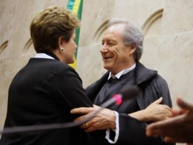 El magistrado, saludando a la entonces presidenta del Brasil.