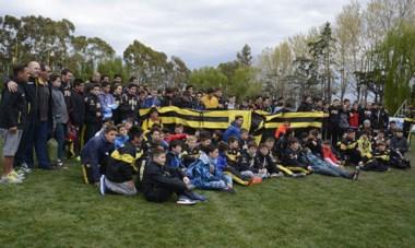 """Cuatro categorías de rugby de """"Pato"""" partieron a Buenos Aires donde jugarán amistosos contra GEBA e Hindú y asistirán a ver Pumas vs. All Blacks."""