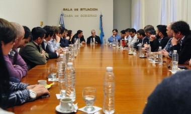 Enseñanzas. El gobernador reunió a varios funcionarios y cercanos a Chubut Somos Todos que recién inician su camino en la política local.