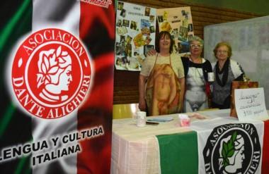 El stan de la Asociación Dante Alighieri tuvo una magnífica presentación y fue muy  visitado por el público.