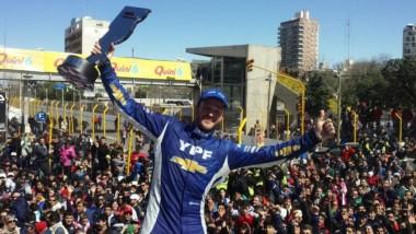 Agustín Canapino ganó por partida doble. También se llevó la carrera diurna en Santa Fe.